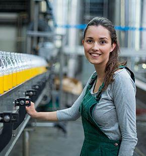 Fliessbandmitarbeiter arbeiten für Produktion Jobs, Fertigung Jobs, Arbeitsangebote, Stellen, Berufsangebote, Stellenangebote, Stellenanzeigen, Stellenausschreibungen, Vakanzen und sind am Arbeitsplatz, beim Beruf, bei der Arbeit, Arbeitsstelle, Beschäftigung als Bewerber, Anwärter, Kandidaten, Aspiranten, Angestellter, Arbeitnehmer, Berufstätiger, Mitarbeiter und Interessenten beschäftigt