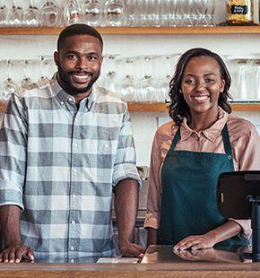 Kassenmitarbeiter arbeiten für Handel Jobs, Verkaufsjobs, Arbeitsangebote, Stellen, Berufsangebote, Stellenangebote, Stellenanzeigen, Stellenausschreibungen, Vakanzen und sind am Arbeitsplatz, beim Beruf, bei der Arbeit, Arbeitsstelle, Beschäftigung als Bewerber, Anwärter, Kandidaten, Aspiranten, Angestellter, Arbeitnehmer, Berufstätiger, Mitarbeiter und Interessenten beschäftigt