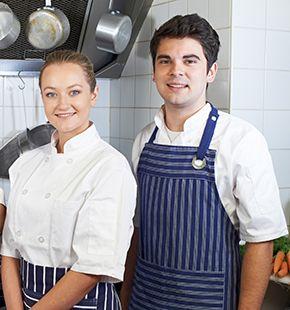 Küchenhilfen arbeiten für Gastronomie Jobs, Gastrojobs, Hotel Jobs, Hotellerie Jobs, Restaurant Jobs, Gastgewerbe Jobs, Arbeitsangebote, Stellen, Berufsangebote, Stellenangebote, Stellenanzeigen, Stellenausschreibungen, Vakanzen und sind am Arbeitsplatz, beim Beruf, bei der Arbeit, Arbeitsstelle, Beschäftigung als Bewerber, Anwärter, Kandidaten, Aspiranten, Angestellter, Arbeitnehmer, Berufstätiger, Mitarbeiter und Interessenten beschäftigt
