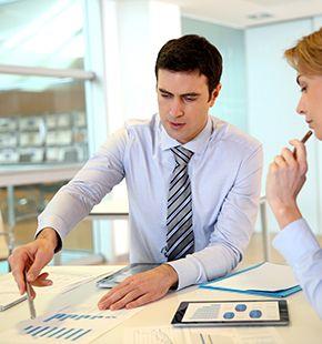 Marketing-Manager arbeiten für Marketing Jobs, Werbung, Arbeitsangebote, Stellen, Berufsangebote, Stellenangebote, Stellenanzeigen, Stellenausschreibungen, Vakanzen und sind am Arbeitsplatz, beim Beruf, bei der Arbeit, Arbeitsstelle, Beschäftigung als Bewerber, Anwärter, Kandidaten, Aspiranten, Angestellter, Arbeitnehmer, Berufstätiger, Mitarbeiter und Interessenten beschäftigt