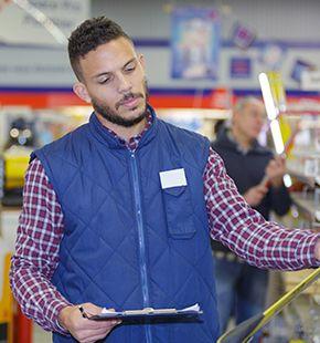 Merchandiser arbeiten für Verkauf Jobs, Handel Jobs, Verkaufsjobs, Arbeitsangebote, Stellen, Berufsangebote, Stellenangebote, Stellenanzeigen, Stellenausschreibungen, Vakanzen und sind am Arbeitsplatz, beim Beruf, bei der Arbeit, Arbeitsstelle, Beschäftigung als Bewerber, Anwärter, Kandidaten, Aspiranten, Angestellter, Arbeitnehmer, Berufstätiger, Mitarbeiter und Interessenten beschäftigt