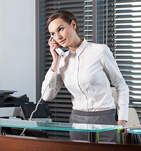 Empfangsmitarbeiter, Frontoffice Manager, Rezeptionist, Empfangsdamen und Empfangsherren arbeiten für Büro Jobs, Office Jobs, Arbeitsangebote, Stellen, Berufsangebote, Stellenangebote, Stellenanzeigen, Stellenausschreibungen, Vakanzen und sind am Arbeitsplatz, beim Beruf, bei der Arbeit, Arbeitsstelle, Beschäftigung als Bewerber, Anwärter, Kandidaten, Aspiranten, Angestellter, Arbeitnehmer, Berufstätiger, Mitarbeiter und Interessenten