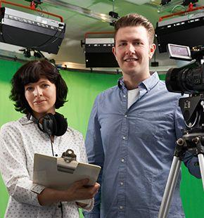 Video-Producer arbeiten für Medien Jobs, Arbeitsangebote, Stellen, Berufsangebote, Stellenangebote, Stellenanzeigen, Stellenausschreibungen, Vakanzen und sind am Arbeitsplatz, beim Beruf, bei der Arbeit, Arbeitsstelle, Beschäftigung als Bewerber, Anwärter, Kandidaten, Aspiranten, Angestellter, Arbeitnehmer, Berufstätiger, Mitarbeiter und Interessenten beschäftigt