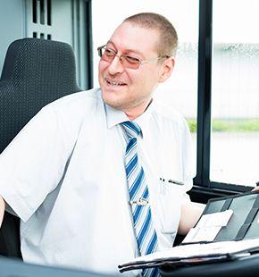 Busfahrer arbeiten für Verkehrswesen Jobs, Bahn Jobs, Bus Jobs, Luftverkehrsjobs, Arbeitsangebote, Stellen, Berufsangebote, Stellenangebote, Stellenanzeigen, Stellenausschreibungen, Vakanzen und sind am Arbeitsplatz, beim Beruf, bei der Arbeit, Arbeitsstelle, Beschäftigung als Bewerber, Anwärter, Kandidaten, Aspiranten, Angestellter, Arbeitnehmer, Berufstätiger, Mitarbeiter und Interessenten beschäftigt