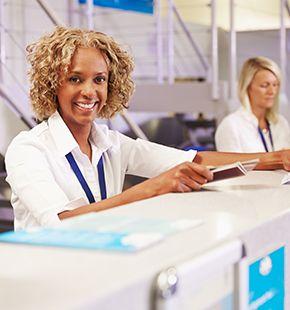 Check-In Agents arbeiten für Verkehrswesen Jobs, Bahn Jobs, Bus Jobs, Luftverkehrsjobs, Arbeitsangebote, Stellen, Berufsangebote, Stellenangebote, Stellenanzeigen, Stellenausschreibungen, Vakanzen und sind am Arbeitsplatz, beim Beruf, bei der Arbeit, Arbeitsstelle, Beschäftigung als Bewerber, Anwärter, Kandidaten, Aspiranten, Angestellter, Arbeitnehmer, Berufstätiger, Mitarbeiter und Interessenten beschäftigt