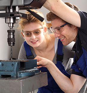 Mechatroniker arbeiten für Industriejobs, Industrie Jobs, Handwerk Jobs, Handwerker Jobs, Arbeitsangebote, Stellen, Berufsangebote, Stellenangebote, Stellenanzeigen, Stellenausschreibungen, Vakanzen und sind am Arbeitsplatz, beim Beruf, bei der Arbeit, Arbeitsstelle, Beschäftigung als Bewerber, Anwärter, Kandidaten, Aspiranten, Angestellter, Arbeitnehmer, Berufstätiger, Mitarbeiter und Interessenten beschäftigt