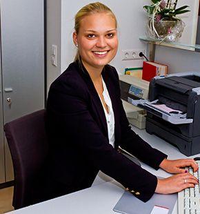 Bürokaufmann, Bürokauffrau und Bürokraft arbeiten für Büro Jobs, Office Jobs, Arbeitsangebote, Stellen, Berufsangebote, Stellenangebote, Stellenanzeigen, Stellenausschreibungen, Vakanzen und sind am Arbeitsplatz, beim Beruf, bei der Arbeit, Arbeitsstelle, Beschäftigung als Bewerber, Anwärter, Kandidaten, Aspiranten, Angestellter, Arbeitnehmer, Berufstätiger, Mitarbeiter und Interessenten