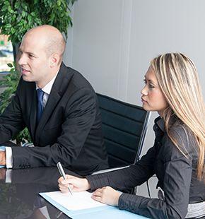 Dolmetscher und Übersetzer arbeiten für Büro Jobs, Office Jobs, Arbeitsangebote, Stellen, Berufsangebote, Stellenangebote, Stellenanzeigen, Stellenausschreibungen, Vakanzen und sind am Arbeitsplatz, beim Beruf, bei der Arbeit, Arbeitsstelle, Beschäftigung als Bewerber, Anwärter, Kandidaten, Aspiranten, Angestellter, Arbeitnehmer, Berufstätiger, Mitarbeiter und Interessenten