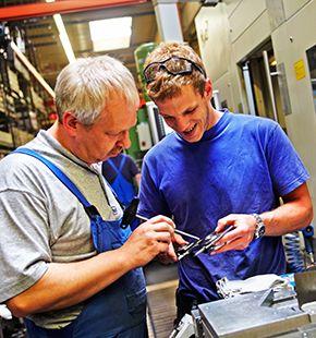 Fertigungsmitarbeiter arbeiten für Produktion Jobs, Fertigung Jobs, Arbeitsangebote, Stellen, Berufsangebote, Stellenangebote, Stellenanzeigen, Stellenausschreibungen, Vakanzen und sind am Arbeitsplatz, beim Beruf, bei der Arbeit, Arbeitsstelle, Beschäftigung als Bewerber, Anwärter, Kandidaten, Aspiranten, Angestellter, Arbeitnehmer, Berufstätiger, Mitarbeiter und Interessenten beschäftigt