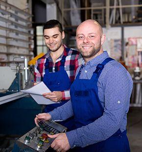 Produktionsleiter arbeiten für Produktion Jobs, Fertigung Jobs, Arbeitsangebote, Stellen, Berufsangebote, Stellenangebote, Stellenanzeigen, Stellenausschreibungen, Vakanzen und sind am Arbeitsplatz, beim Beruf, bei der Arbeit, Arbeitsstelle, Beschäftigung als Bewerber, Anwärter, Kandidaten, Aspiranten, Angestellter, Arbeitnehmer, Berufstätiger, Mitarbeiter und Interessenten beschäftigt