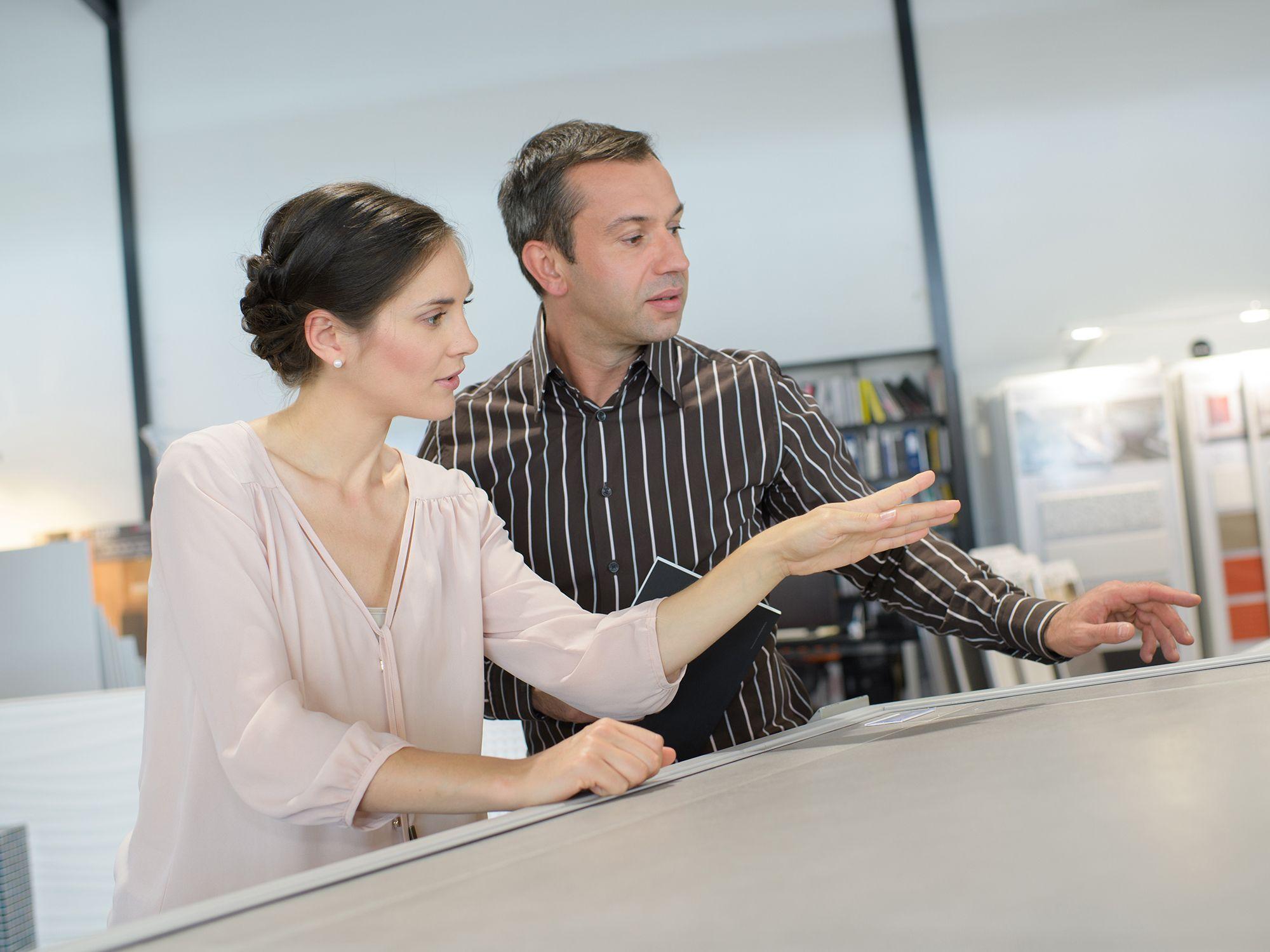 Level 5 - Dekorateure wie Raumausstatter, Schaufensterdekorateure, Inneneinrichter, Innenausstatter, Innendekorateure, Raumdesigner, Raumgestalter, Schaufenstergestalter, Gestalter Leiharbeiter, Zeitarbeiter, Leiharbeitnehmer, Leihkraft, Temporärarbeiter für den Einzelhandel, Verkaufsförderung, Absatzförderung, Verkaufsinnendienst, Verkaufsabteilung und Großhandel bei uns als Personalagentur, Zeitarbeitsfirma, Zeitarbeitsunternehmen, Personal-Service-Agentur, Personaldienstleistungsagentur und Leiharbeitsfirma per Arbeitnehmer-Leasing, Arbeitnehmerüberlassung, Arbeitskräfte-Leasing, Arbeitskräfteüberlassung, Arbeitskraftüberlassung, Leiharbeit, Mitarbeiter-Leasing, Mitarbeiterleasing, Mitarbeiterüberlassung, Personaldienstleistung, Personalleasing, Personalüberlassung, Temporärarbeit, Zeitarbeit buchen, mieten, leihen oder langfristig neue Mitarbeiter für Jobs wie Schülerjobs, Ferienjobs, Aushilfsjobs, Studentenjobs, Werkstudentenjobs, Saisonjobs, Vollzeit Jobs, Teilzeit Jobs, Nebenjobs, Temporär Jobs, Gelegenheitsjobs per Personalvermittlung suchen, finden und vermittelt bekommen.